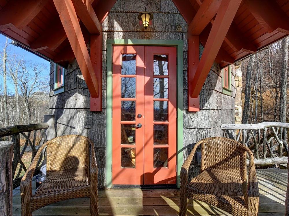 <strong>La porte d'entrée et le balcon.</strong>