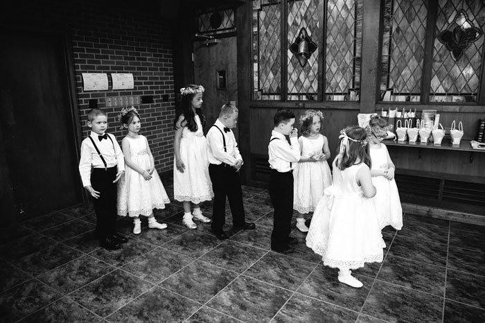 <strong>Les enfants ont accompagné leur maîtresse le long de l'allée</strong>