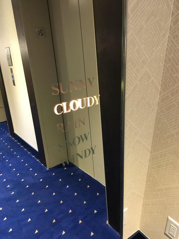 Un miroir près de l'ascenseur et annonciateur de la météo