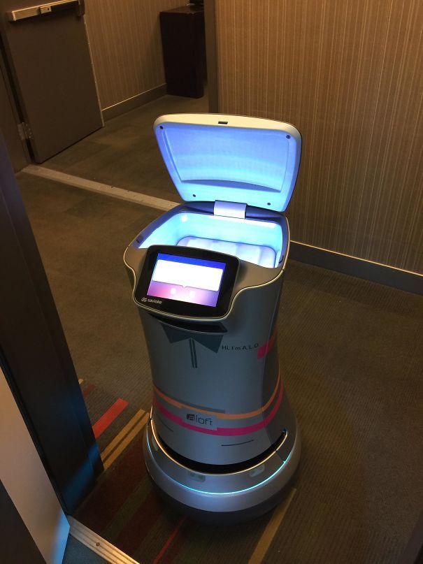 Un robot livrant du papier toilette dans les chambres