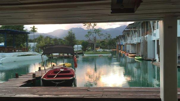 Les clients peuvent rejoindre leurs chambres en kayak