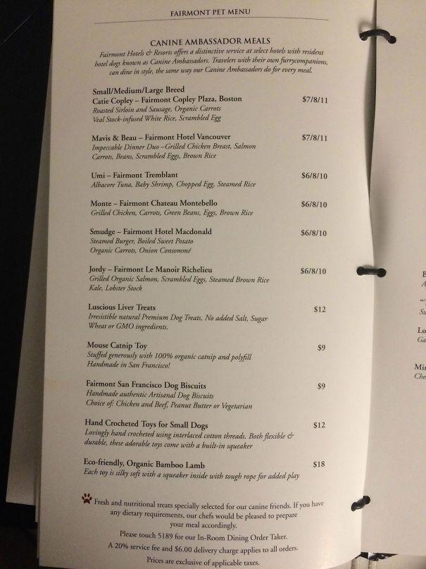 Un menu pour chien au restaurant de l'hôtel