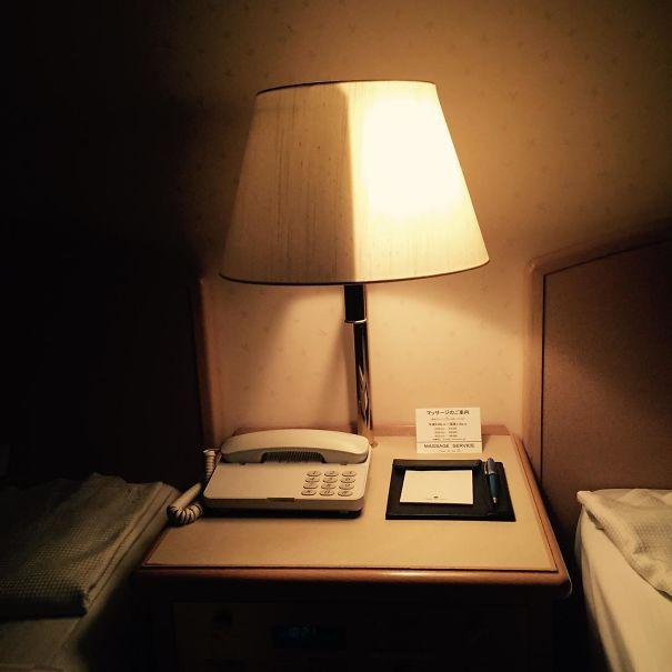 Une lampe s'allumant à moitié pour éviter de déranger son voisin