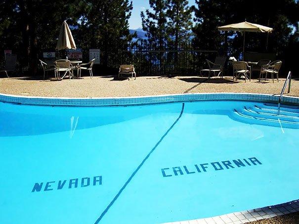 Une piscine où est tracée la frontière entre le Nevada et la Californie