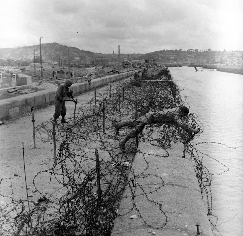Les ingénieurs du génie militaire US retirent les barbelés les quais de l'Ancien-Arsena à Cherbourg.