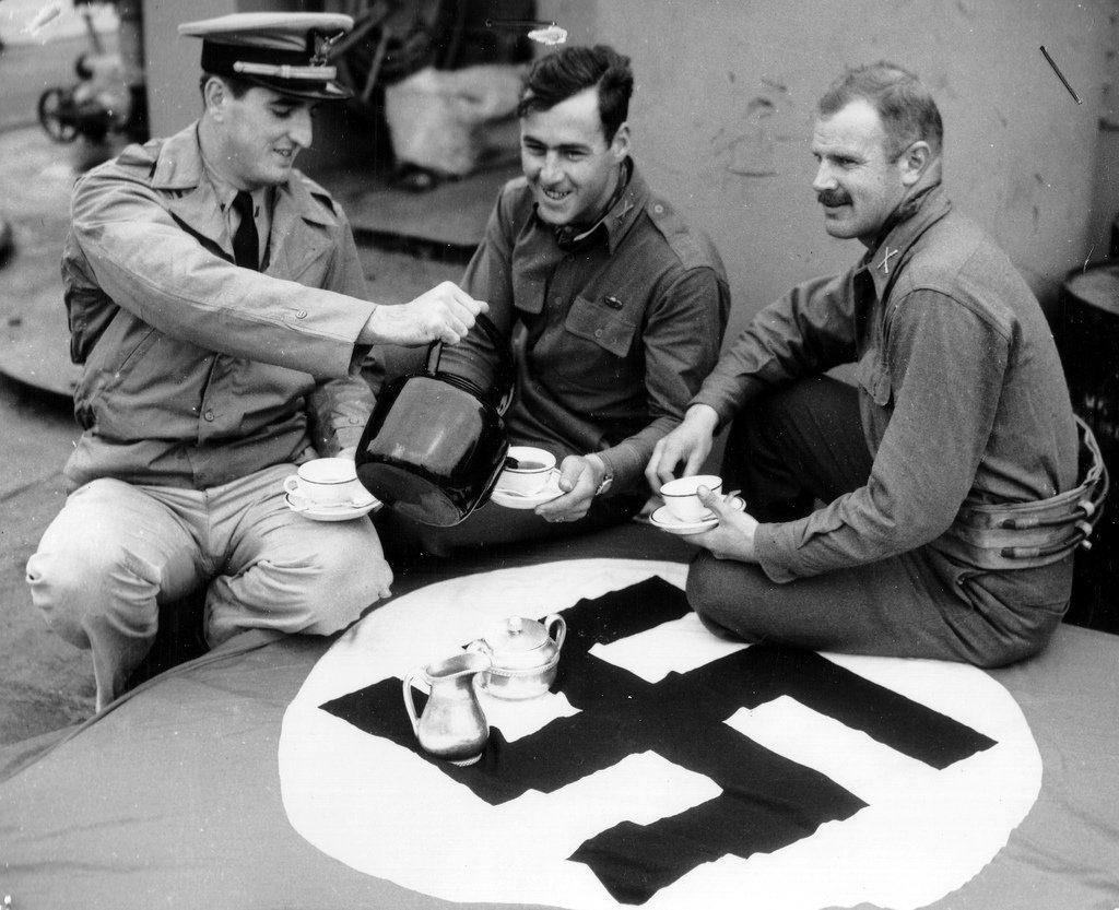 Le drapeau Nazi servant de nappe pour prendre le thé dans un navire US.