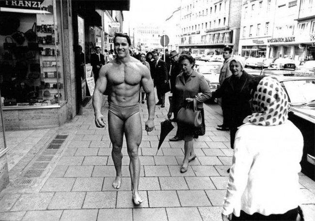 Arnold Schwarzenegger à Munich pour la promo du bodybuilding et de la gym en 1967