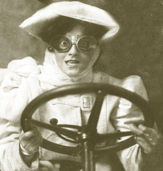 Une femme conduisant une voiture (1932)