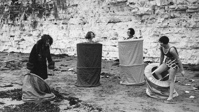Femmes se changeant sur une plage ouverte au public (1929)