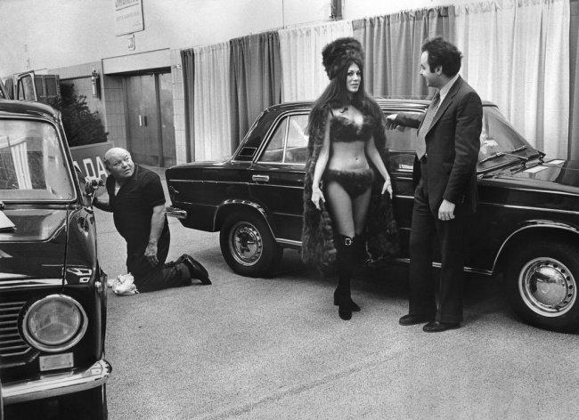Mannequin en bikini présentant une Lada au salon automobile de New York en 1973