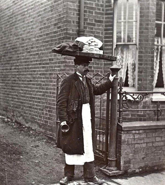 Vendeur de muffins ambulant à Londres en 1910