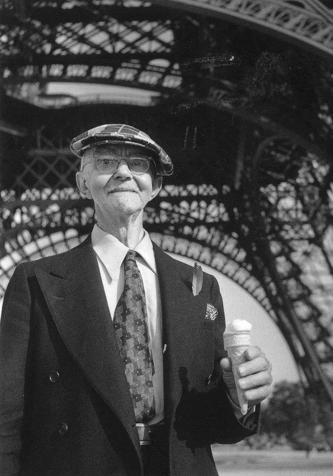 Un touriste avec sa glace devant la Tour Eiffel en 1950