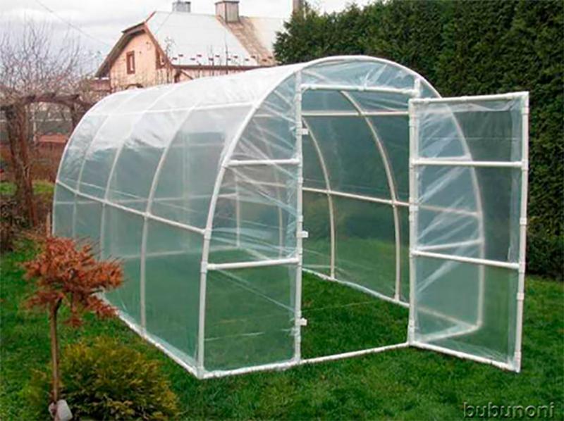 Construire une serre en formant une structure avec des tubes de PVC, du plastique et du ruban adhésif.