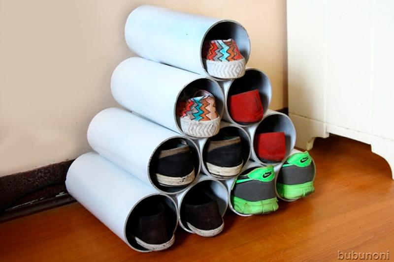 Fabriquer un porte-chaussures en fixant des tubes PVC entre eux à l'aide d'une colle forte.