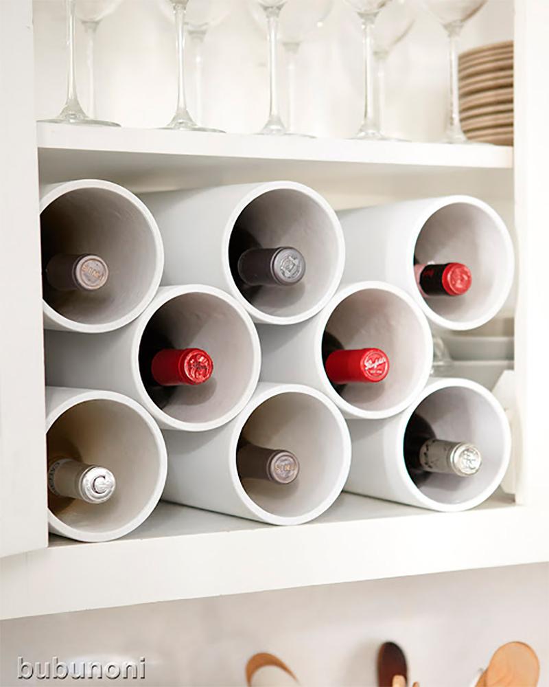 Créer un présentoir à vin en fixant des tubes ensemble avec une colle forte. Puis, positionner l'ensemble dans un tiroir ou sur une étagère de cuisine.