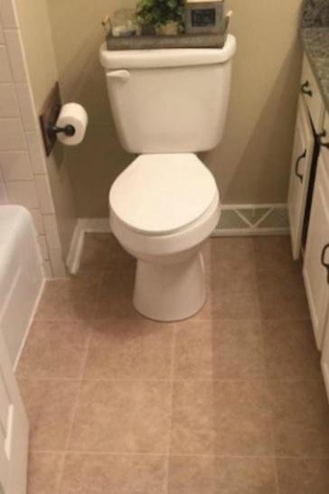 Une salle de bain avec un sol classique