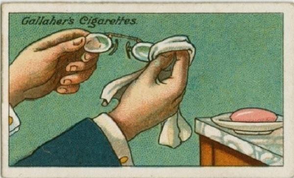 Frotter les lentilles des lunettes avec du savon et nettoyer avec un chiffon pour éviter la formation de buée