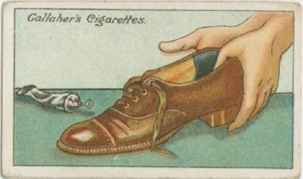 Fixer une languette de velours à l'arrière des chaussures pour un confort optimisé