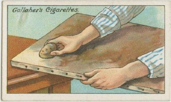 Pour le nettoyage d'une peinture à l'huile, utiliser une tranche de pomme de terre à frotter dessus et essuyer en douceur avec un chiffon