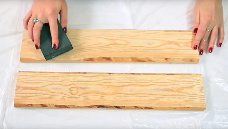 Vous devez utiliser un bloc à poncer ou encore du papier du verre pour rendre la surface de vos étagères lisse.