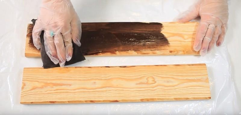 Recouvrez vos planches avec du vernis pour bois à l'aide d'une éponge ou d'un pinceau.