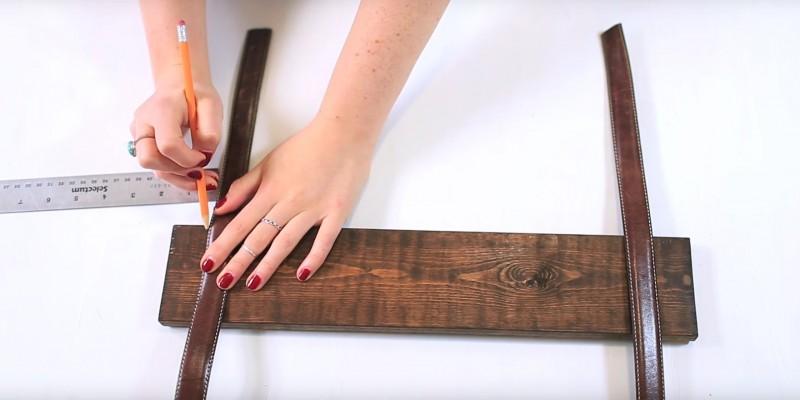Munissez-vous de vos planches et faites un repère à 4 cm du bord. Vous allez y attacher les ceintures après.