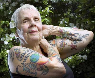 Les tatouages en couleur sont magnifiques également