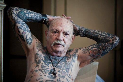 Il adore ces tatouages