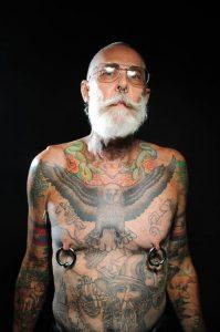 On peut combiner tatouages et piercings sans complexe…
