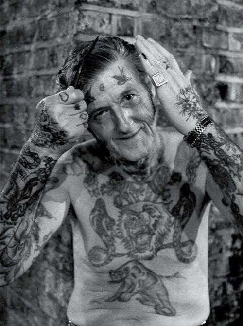 On peut être âgé et compléter son style par un tatouage.