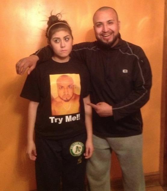 Il a fait ce t-shirt pour le premier rendez-vous de sa fille : Try me = ne me cherche pas.