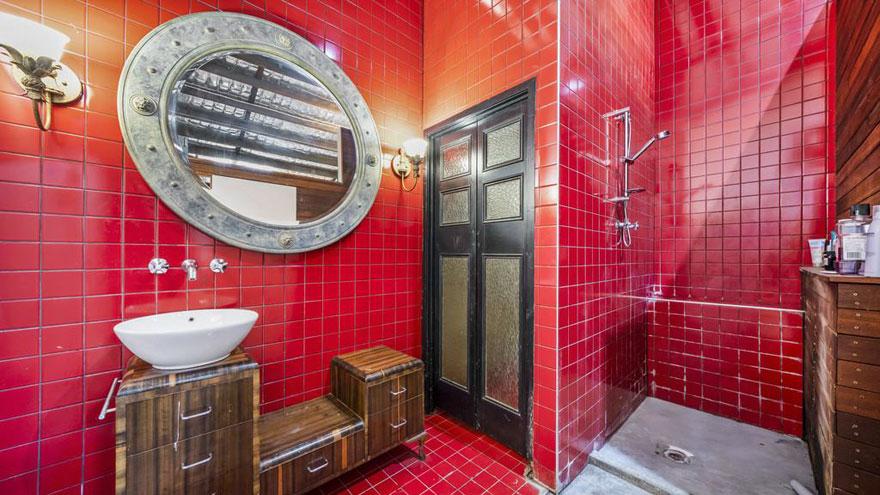 Superbe salle de bains carrelée de rouge ajoute une touche de talent