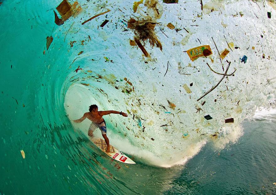 Surfer sur une vague de déchets à Java (Indonésie), l'île la plus peuplée du monde
