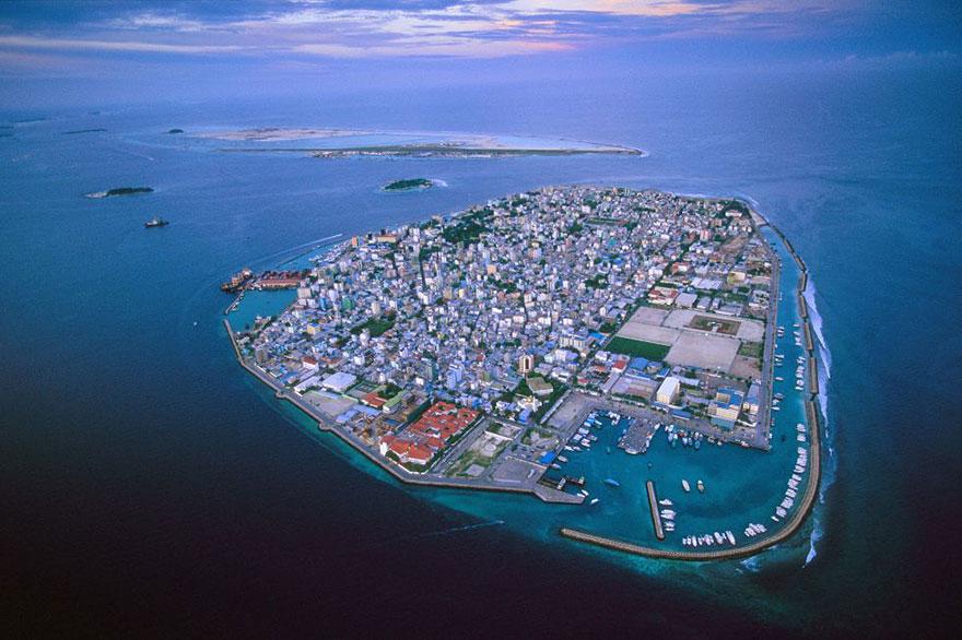 Les Maldives inondent à cause du réchauffement climatique et de l'action humaine. Ils vont couler dans 50 ans