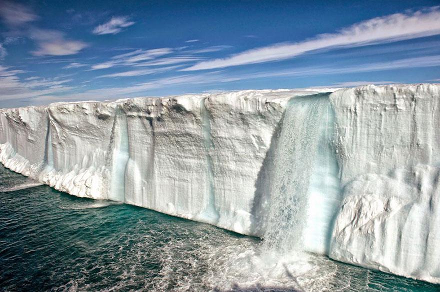 Énorme iceberg en fusion près de l'île de Svalbard en Norvège