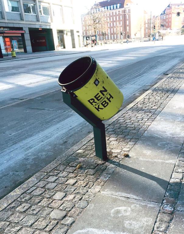 Les poubelles de Copenhague sont inclinées afin que les cyclistes puissent jeter leurs ordures en faisant du vélo