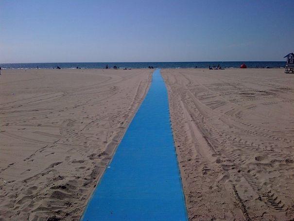 Accessibilité Matt sur la plage pour les fauteuils roulants et les poussettes