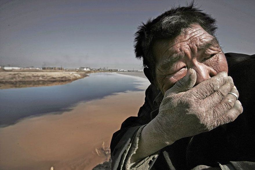 Le fleuve Jaune en Mongolie est tellement pollué qu'il est presque impossible de respirer près de lui.