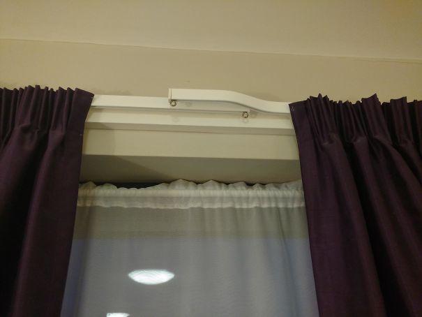La conception du rideau dans ma chambre d'hôtel garantit qu'il n'y a pas de gêne lumineuse au milieu