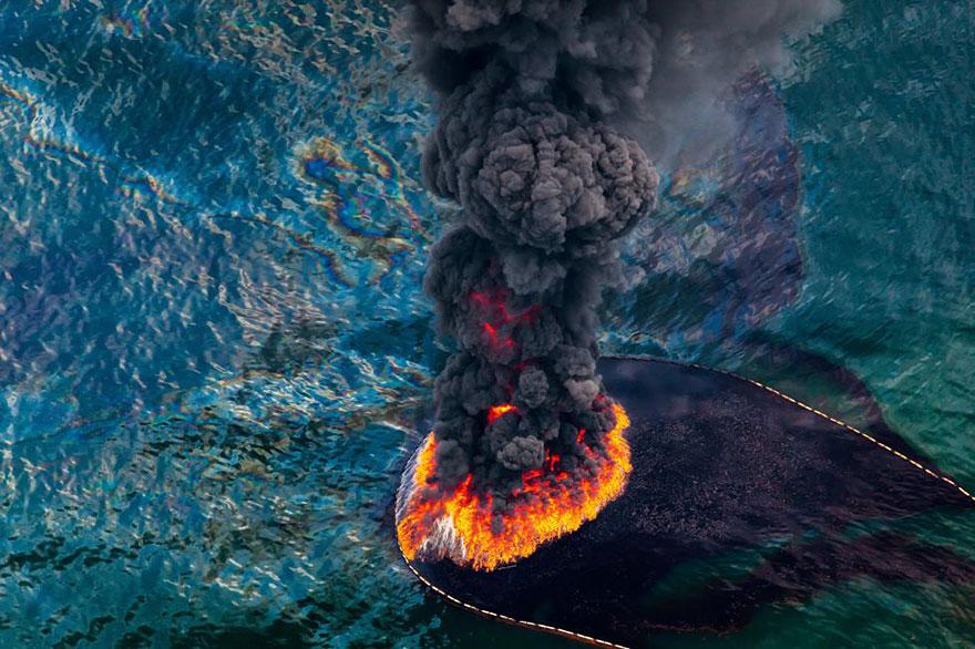 Incendie sur une plateforme pétrolière dans le golfe du Mexique, avril 2010