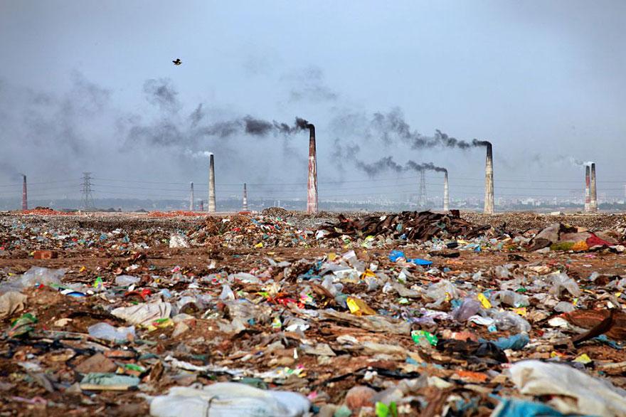 Paysage rempli de déchets au Bangladesh