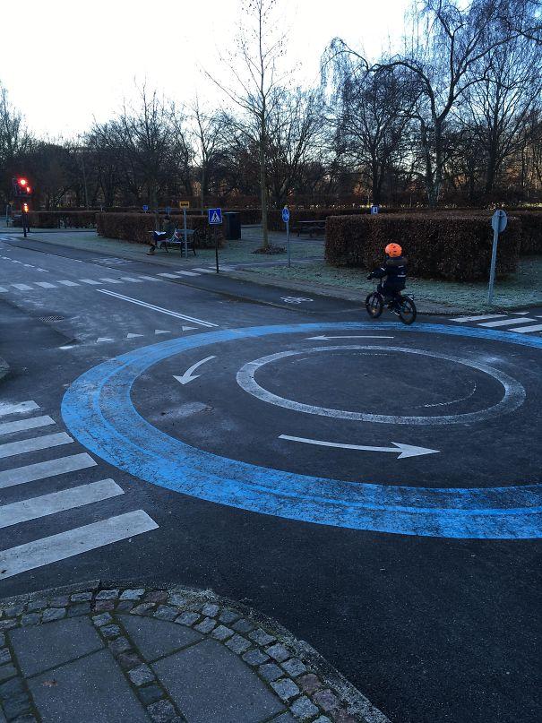 À Copenhague, il y a un terrain de jeu pour les enfants qui peuvent faire du vélo dans la ville et apprendre les règles avant de pénétrer dans la rue.