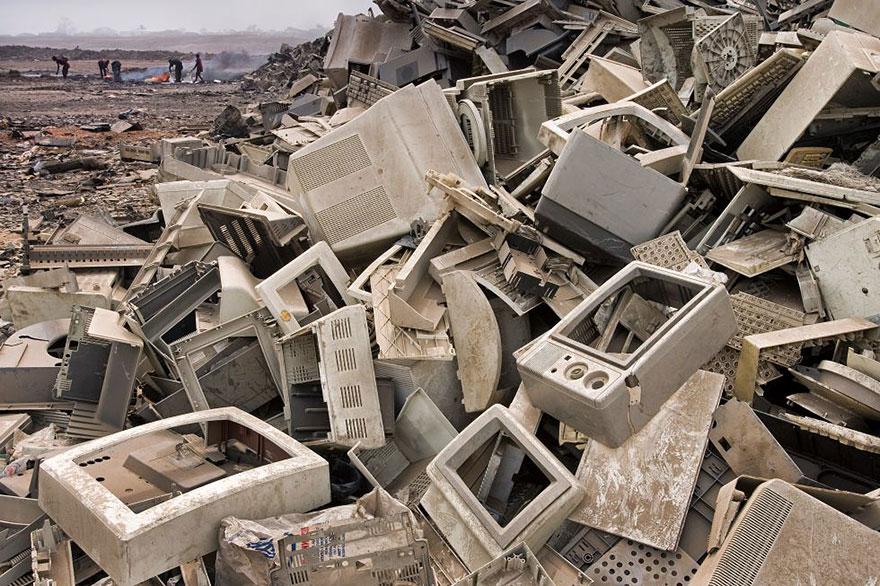 Décharge à Accra (Ghana). Nos déchets électroniques finissent généralement dans les pays du tiers monde