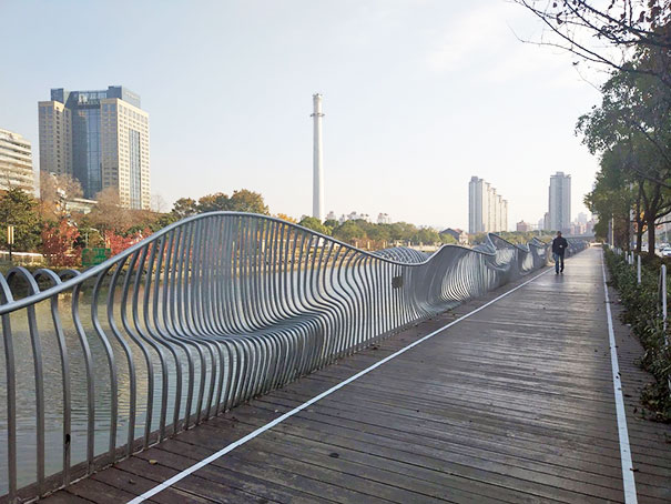 Cette clôture est en forme pour créer des sièges
