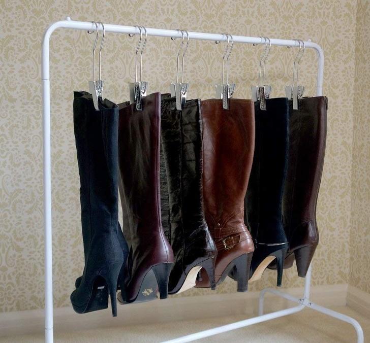 Les cintres ne sont pas juste pour les vêtements. Utilisez-les pour organiser et ranger vos chaussures.