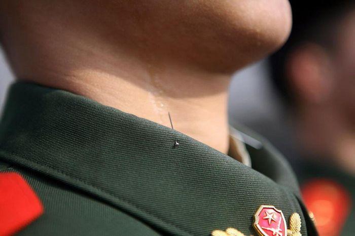C'est ainsi que les soldats chinois gardent leur posture